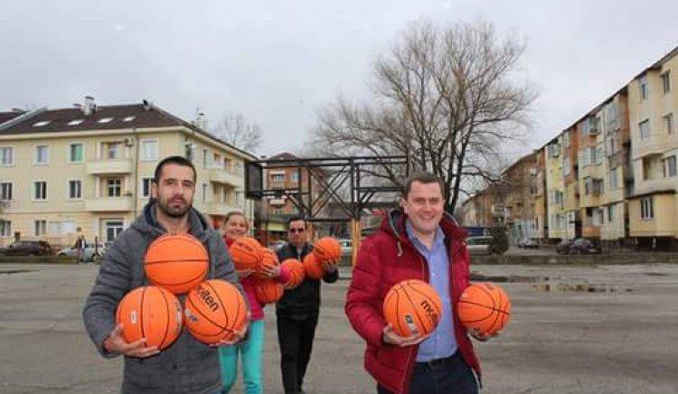 Станислав Владимиров подари баскетболни топки на млади спортисти
