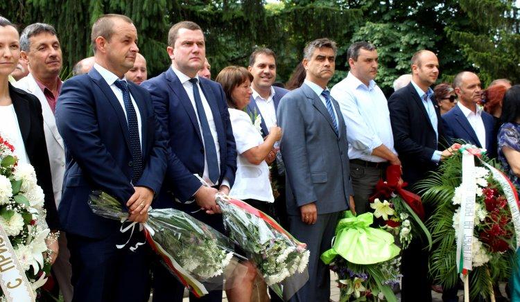 Станислав Владимиров и инж. Любомир Бонев положиха цветя на паметника на Апостола на Свободата в Перник