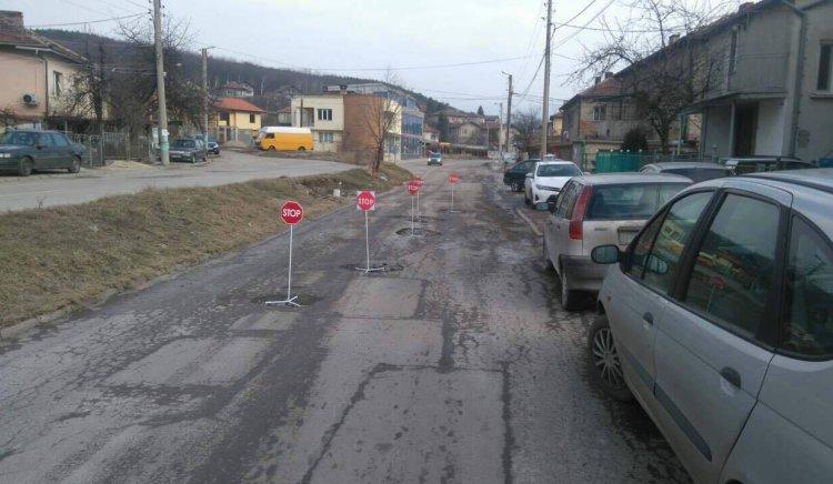 МО в БСП-Перник във Фейсбук: В кв. Изток, вместо кокичетата в дворовете, цъфна асфалтът по улиците